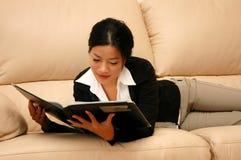 Frau, die einen Report durchläuft Lizenzfreies Stockbild