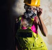 Frau, die einen Respirator zuhause aufwirft trägt Stockfotografie