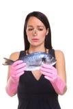 Frau, die einen rohen Fisch anhält Lizenzfreies Stockbild