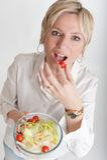 Frau, die einen Salat isst Lizenzfreies Stockbild