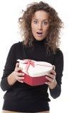 Frau, die einen Schokoladenkasten trägt stockbild