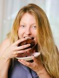 Frau, die einen Schokoladenkuchen isst Lizenzfreie Stockbilder