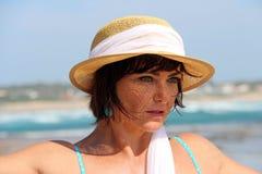 Frau, die einen Sommerhut trägt stockbild