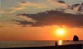 Frau, die einen Sonnenuntergang filmt lizenzfreies stockbild
