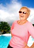 Frau, die einen sonnigen Feiertag genießt Lizenzfreies Stockbild