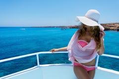 Frau, die einen sonnigen Sommertag genießt Stockfoto