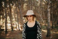 Frau, die einen Spaziergang mitten in einem Kieferwald macht Stockfoto