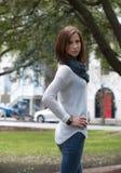 Frau, die einen stilvollen Schal trägt Stockbild