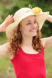 Frau, die einen Strohhut trägt Lizenzfreies Stockbild