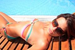 Frau, die einen Swimmingpool genießt Lizenzfreie Stockfotos