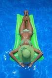 Frau, die einen Swimmingpool genießt Stockbilder