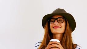 Frau, die einen Tasse Kaffee anhält stock video footage