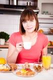 Frau, die einen Tasse Kaffee genießt Lizenzfreie Stockbilder