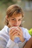 Frau, die einen Tasse Kaffee trinkt Lizenzfreies Stockbild