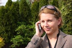 Frau, die einen Telefonaufruf bildet Lizenzfreie Stockfotografie