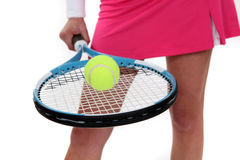 Frau, die einen Tennisschläger anhält Lizenzfreie Stockfotografie