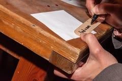 Frau, die einen Text für ein Datums-Nachtglas schreibt lizenzfreie stockfotografie
