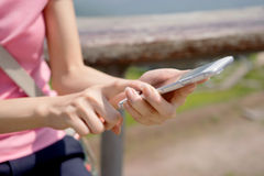 Frau, die einen Text von ihrem Handy sendet Lizenzfreie Stockfotografie