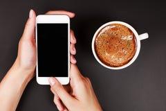 Frau, die einen Touch Screen des intelligenten Telefons verwendet Stockfoto