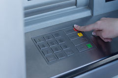 Frau, die einen Transaktionstyp auf dem Bank ATM vorwählt Stockbilder