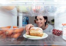 Frau, die einen ungesunden Snack isst lizenzfreies stockfoto