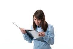Frau, die einen Vertrag liest Lizenzfreie Stockfotografie
