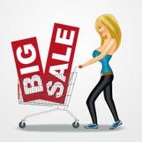 Frau, die einen Warenkorb mit Verkaufsfahnen drückt Lizenzfreies Stockfoto