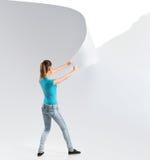 Frau, die einen Weißbuchhintergrund zerreißt Stockbilder