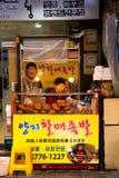Frau, die einen wenigen Lebensmittelstand in Korea bearbeitet stockfoto