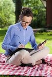 Frau, die an einer Decke arbeitet Lizenzfreies Stockfoto