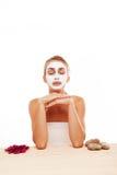 Frau, die in einer Gesichtsmaske meditiert Stockfotos
