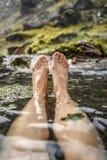 Frau, die in einer heißen Quelle in Island, im Landmannalaugar badet Lizenzfreies Stockfoto