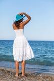 Frau, die an einer Küste sich entspannt lizenzfreie stockfotografie