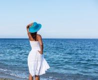 Frau, die an einer Küste sich entspannt stockbilder