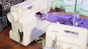 Frau, die an einer Nähmaschine arbeitet Nähmaschine und overlock Maschine stock video