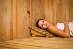 Frau, die in einer Sauna sich entspannt Lizenzfreies Stockfoto