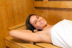 Frau, die in einer Sauna sich entspannt lizenzfreie stockfotografie