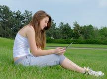 Frau, die an einer Tablette arbeitet Lizenzfreie Stockfotografie