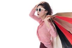 Frau, die Einkaufstasche lokalisiert auf weißem Hintergrund hält stockfotografie