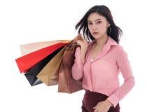 Frau, die Einkaufstasche lokalisiert auf weißem Hintergrund hält lizenzfreie stockfotos
