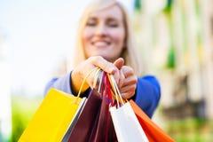 Frau, die Einkaufstaschen anhält stockbilder