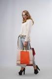 Frau, die Einkaufstaschen anhält Stockbild