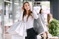 Frau, die Einkaufstaschen anhält lizenzfreies stockfoto