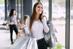 Frau, die Einkaufstaschen anhält lizenzfreie stockfotografie
