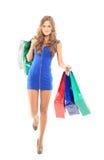 Frau, die Einkaufstaschen erwachsen hält Lizenzfreie Stockfotos