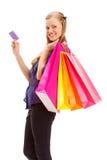 Frau, die Einkaufstaschen und -karte anhält Stockfotografie