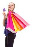 Frau, die Einkaufstaschen und -karte anhält Lizenzfreie Stockfotografie