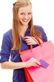 Frau, die Einkaufstaschen und -karte anhält stockbilder
