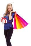 Frau, die Einkaufstaschen und weiße Geschenkbox anhält Lizenzfreies Stockfoto