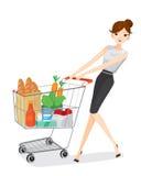 Frau, die Einkaufswagen drückt Stockfoto